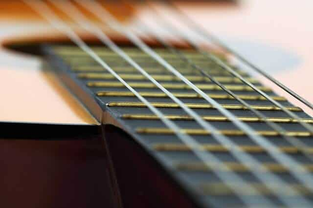 סט אפ לגיטרה אקוסטית - מרחק המיתרים מלוח הסריגים