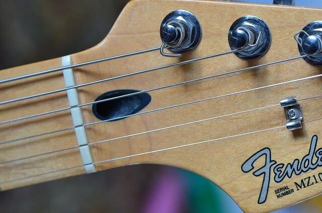 מיתרים לגיטרה - מיתרי פלדה בגיטרה חשמלית