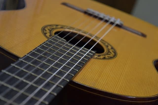 סט אפ לגיטרה - מרחק המיתרים מלוח הסריגים