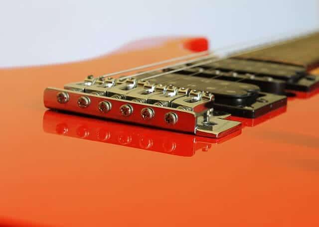 הברגים לכיוון האינטונציה בגיטרה חשמלית