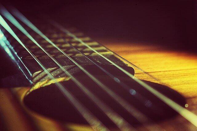 מרחק המיתרים מלוח הסריגים בגיטרה