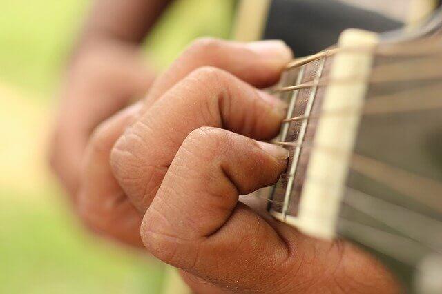 גיטרה לילדים מומלצת - היקף יד שמאל על לוח הסריגים
