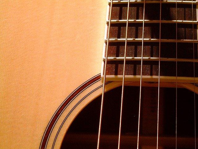 גיטרה אקוסטית עם מיתרי פלדה