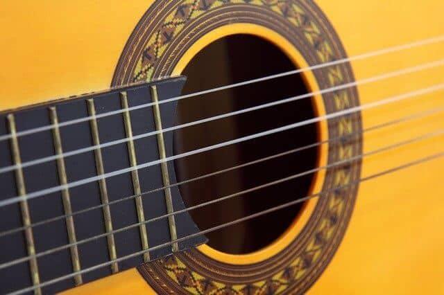 מרחק מיתרים נמוך מלוח הסריגים בגיטרה