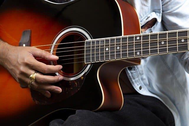 גיטרה אקוסטית מומלצת - solid top