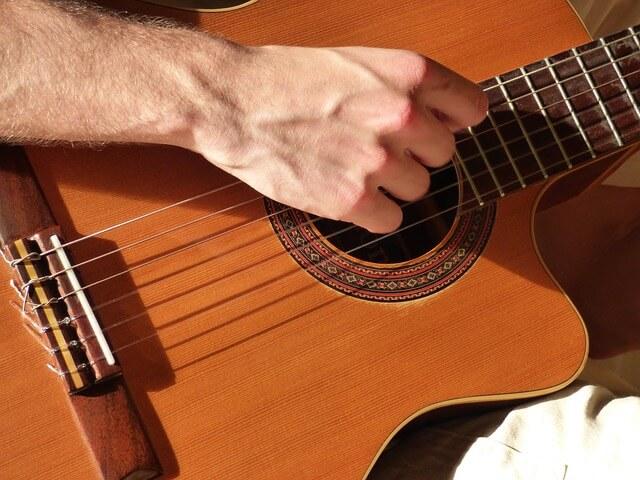 החלק הקדמי של גיטרה קלאסית איכותית בנוי מעץ ארז