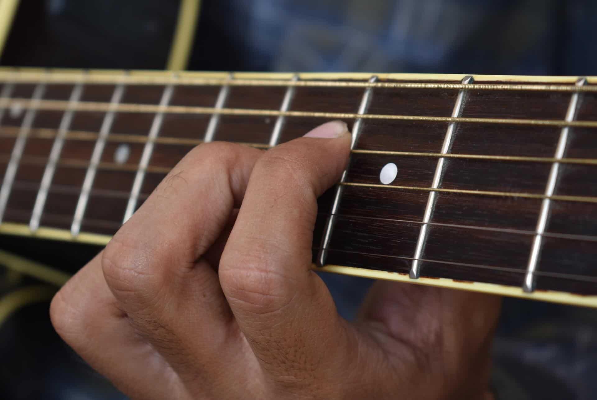מיתרים מחלידים בגיטרה אקוסטית