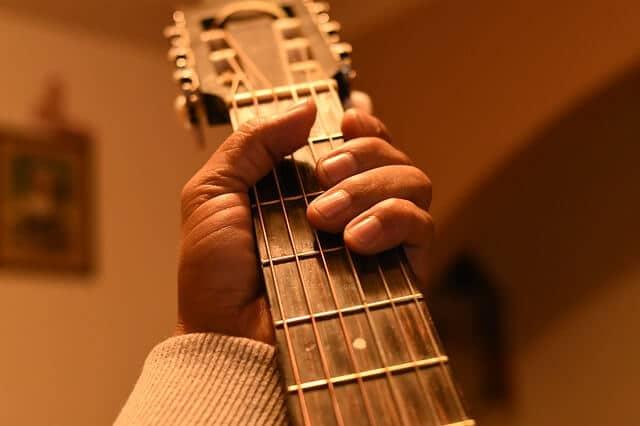 היד מקיפה את צוואר הגיטרה בקלות