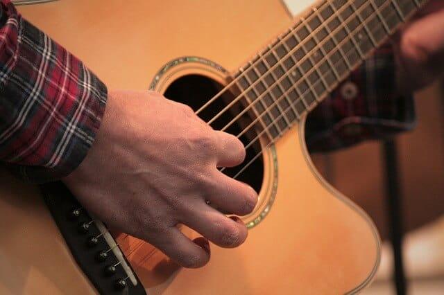 גיטרה אקוסטית מוגברת מומלצת
