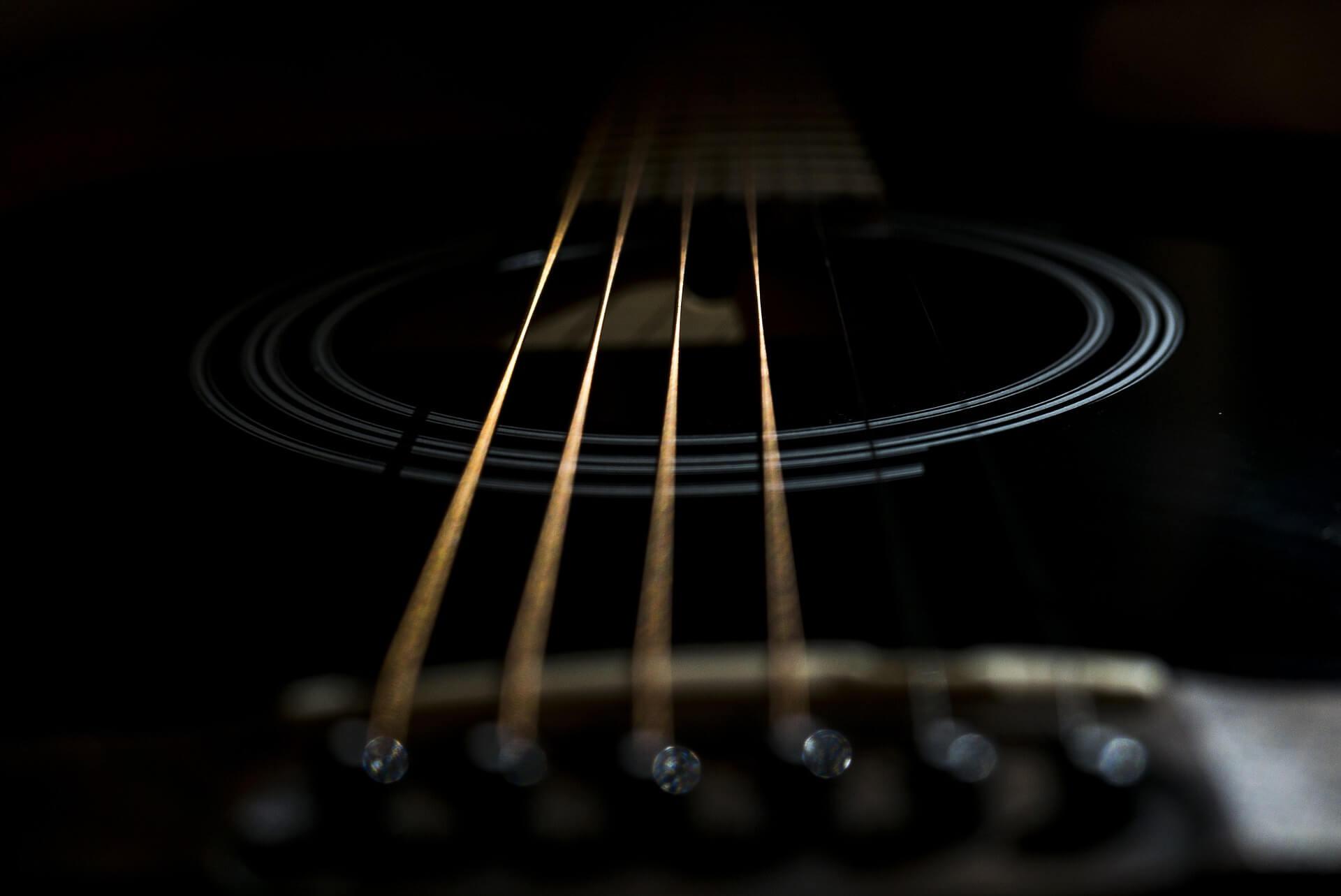גיטרה אקוסטית שחורה- סוגי המיתרים בגיטרה