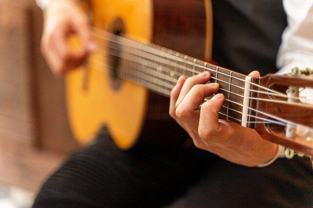 גיטרה קלאסית עם צוואר בהיקף קטן