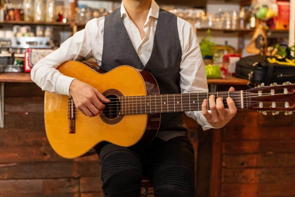 חמישה טיפים לקניית גיטרה - גיטרה מעצים אקוסטיים