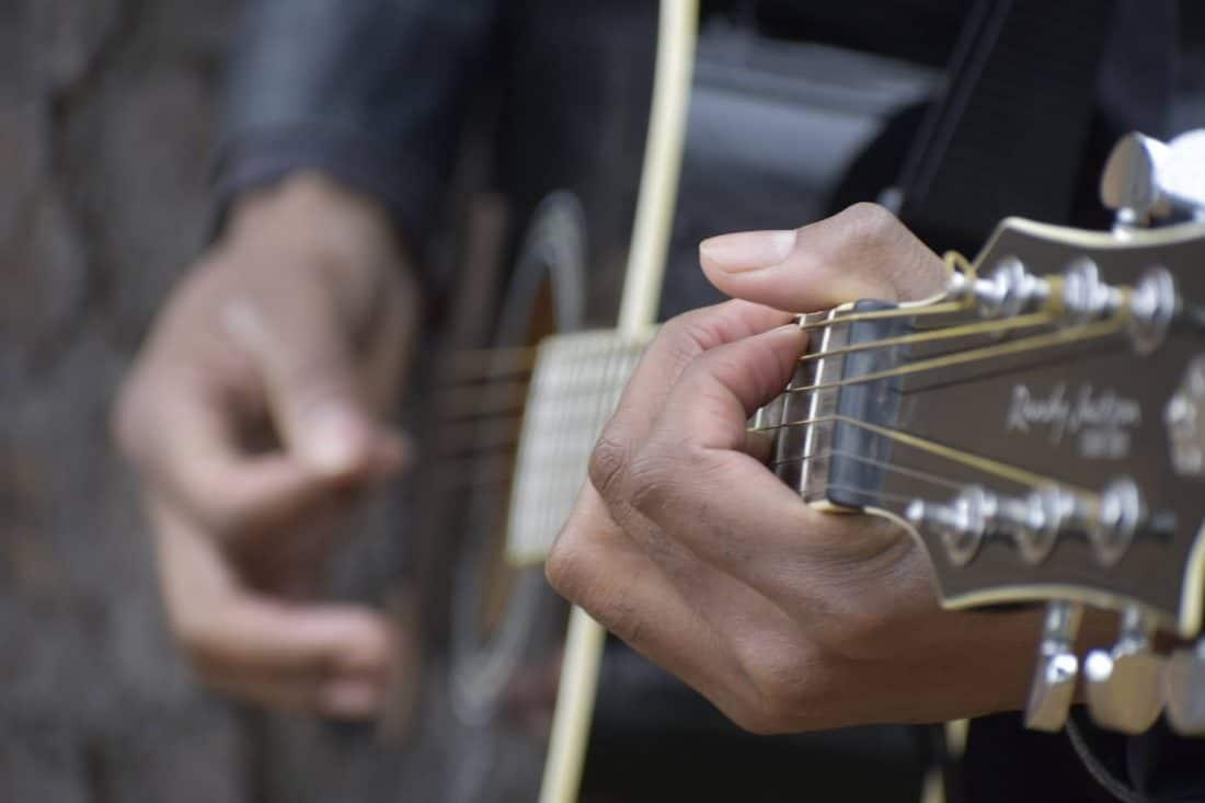 גיטרה אקוסטית שחורה