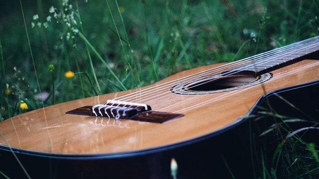 גיטרה קלאסית בנויה בחלק הקדמי עם עץ ארז