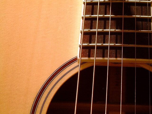 גיטרה אקוסטית מוגברת - מיתרים ללא חלודה