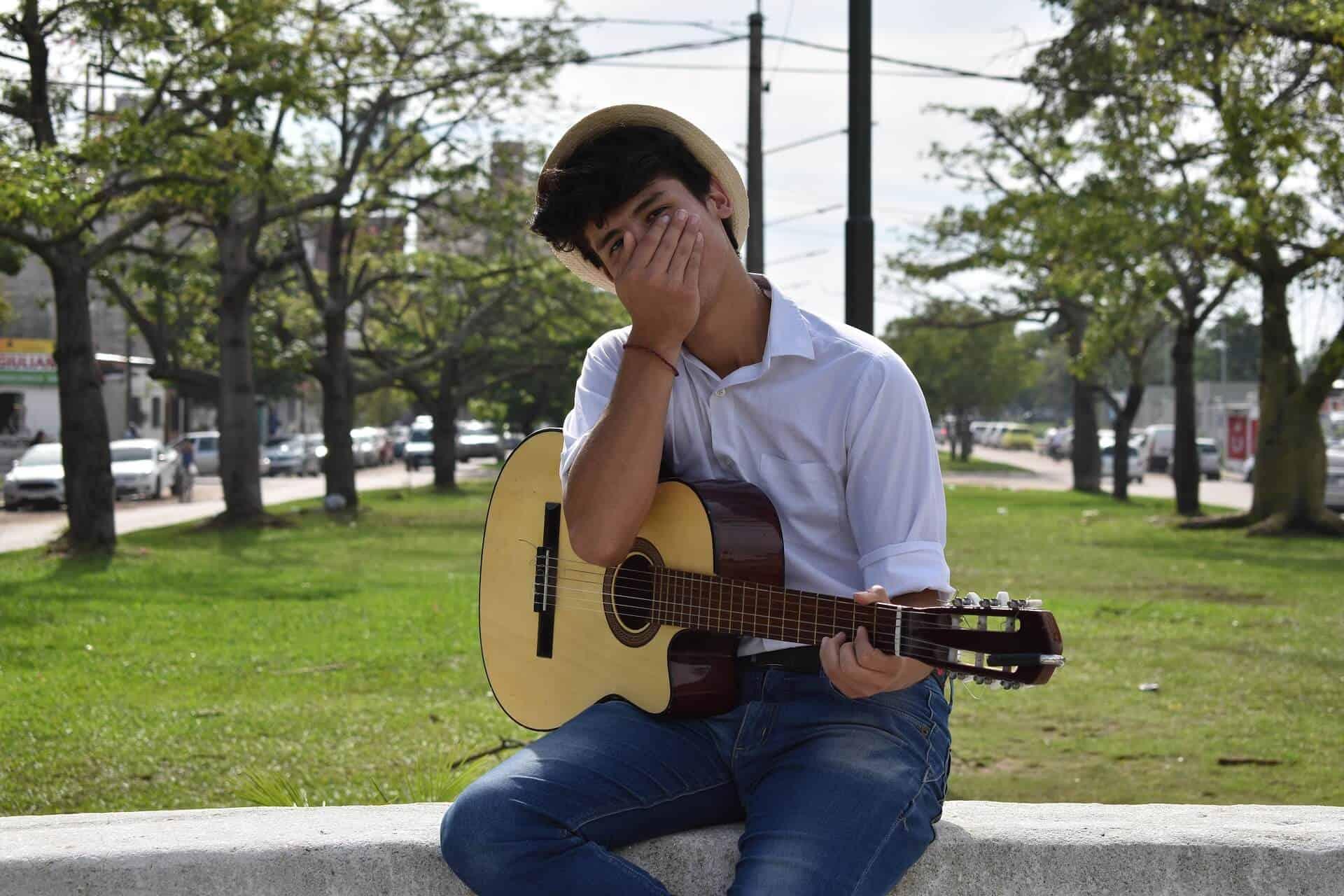 גיטריסט מאוכזב עקב איבוד האינטונציה של הגיטרה