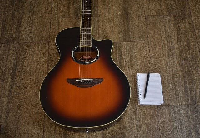 גיטרה אקוסטית למכירה