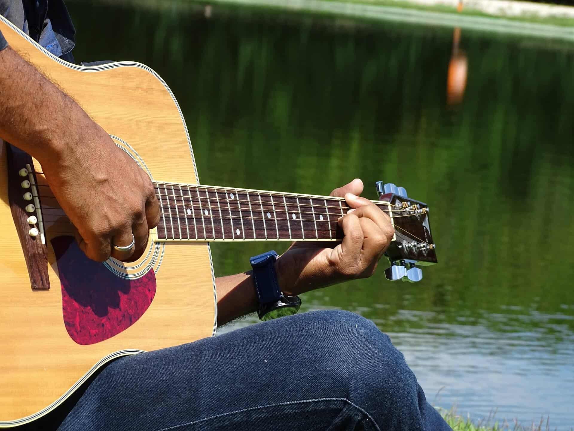חנות כלי נגינה - גיטרה אקוסטית עם מיתרי מתכת