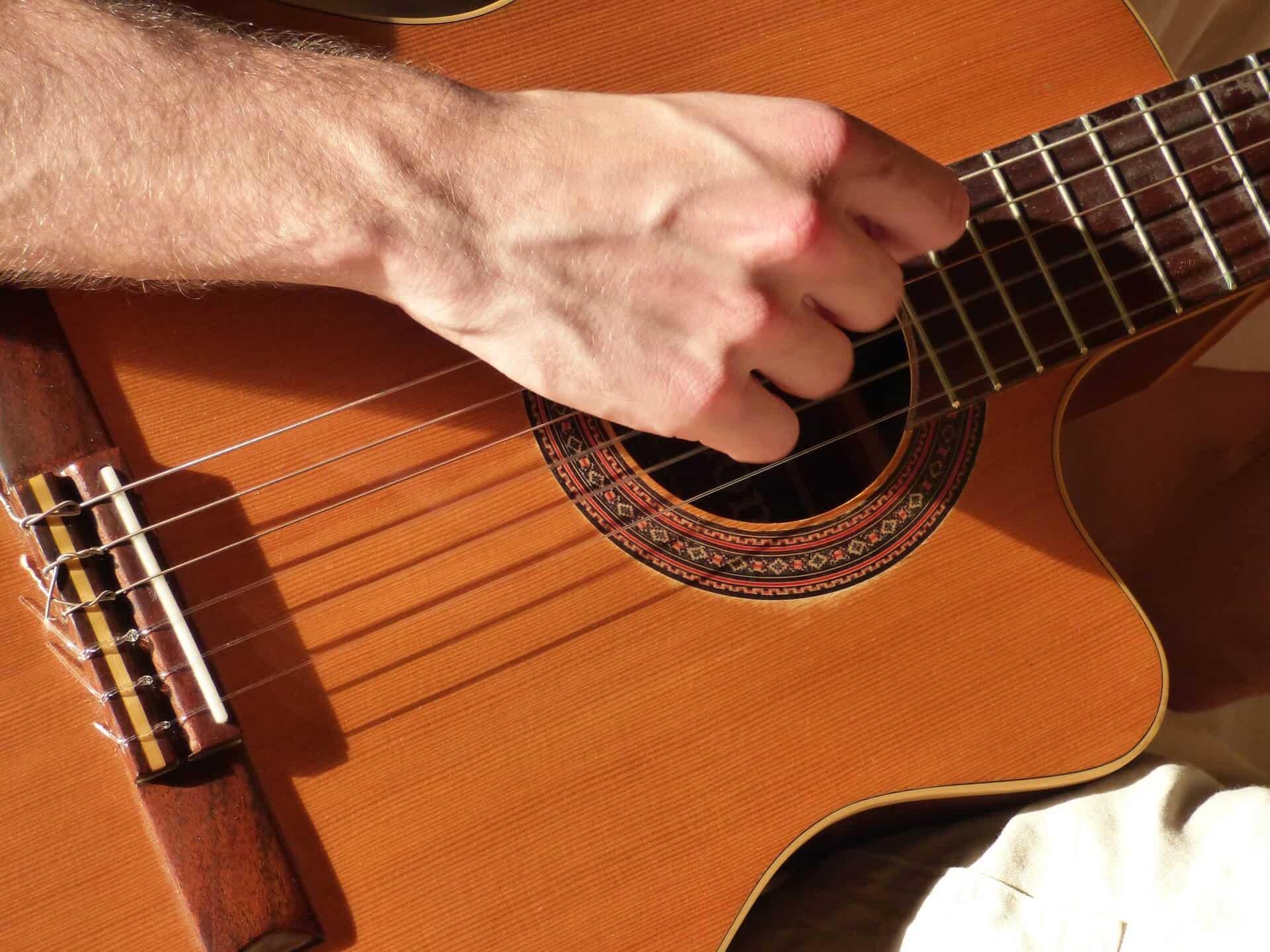 השפעת המיתרים על הצליל בגיטרה קלאסית