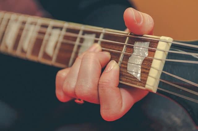 גיטרה נוחה לנגינה - עם מרחק נמוך של המיתרים מהלוח