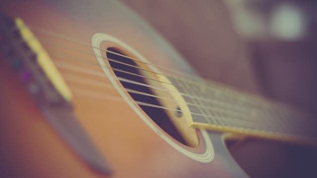 גיטרה אקוסטית עם מרחק נמוך של המיתרים מלוח הסריגים
