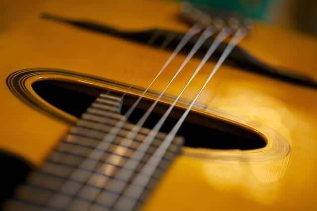 גיטרה מעץ מלא