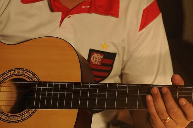 גיטרה קלאסית עם צוואר דק