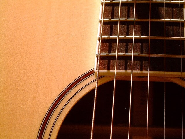 השפעת המיתרים על הצליל בגיטרה
