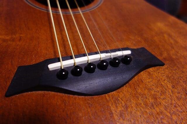 גיטרה נוחה לנגינה עם אקשן נמוך