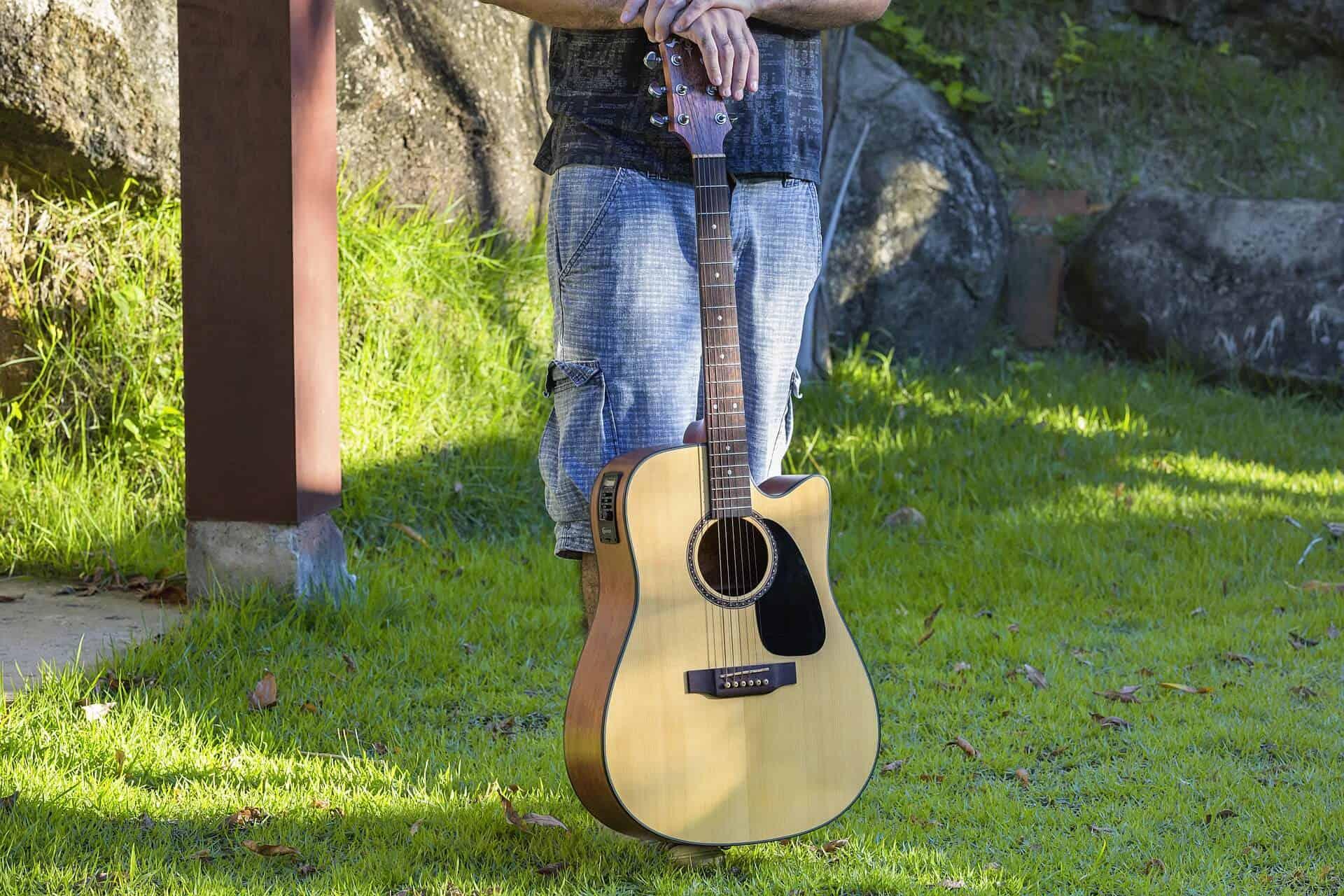 גיטרה אקוסטית ביחס נכון לגוף הנגן