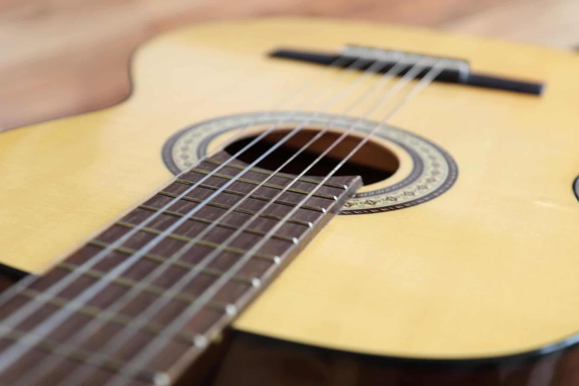 גיטרה עם מרחק נמוך של המיתרים מלוח הסריגים