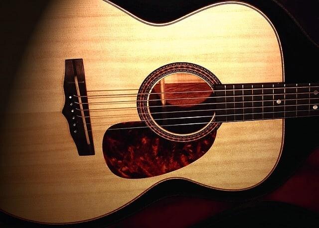 גיטרה אקוסטית בנויה בחלק הקדמי מעץ Spruce
