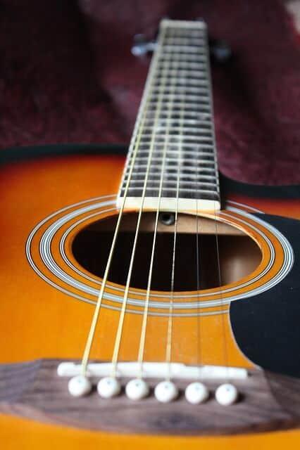 גיטרה אקוסטית - מדריך לבחירה- מרחק המיתרים מלוח האצבעות