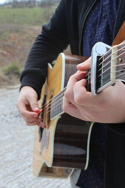 לנגן בגיטרה עם מפרט