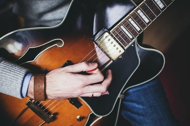 לנגן בגיטרה עם מפרט - צליל חזק יותר בגיטרה